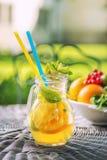Ny tropisk eller sommarlemonad med citronen, limefrukt och is i exponeringsglas, dryck som isoleras på vit bakgrund arkivbilder