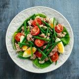 Ny Tuna Green Bean sallad med ägg, tomater, bönor på den vita plattan Sund mat för begrepp royaltyfri bild