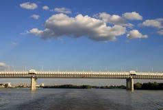 Ny tunnelbanabro (av den 60th årsdagen av segern) över Irtyshet River i Omsk, Ryssland Arkivfoto
