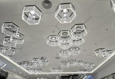 Ny typ av cell- LEDD belysning som används i modern kommersiell byggnad Arkivfoton