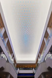 Ny typ av LED belysning som används på modernt kommersiellt byggnadstak arkivbild