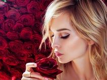 Ny ung modemodell med röda kanter Gifta sig smink ro bakgrundsbanret blommar datalistor little rosa spiral Vår Arkivbilder