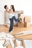 Ny utgångspunkt: lyckliga unga moving par Arkivbild