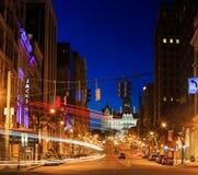 NY van de binnenstad van Albany bij schemer die omhoog het Hoofdgebouw bekijken Stock Afbeeldingen