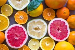 Ny variation av det halva snittet för citrusfrukter arkivbilder