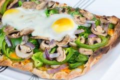 Ny varm bakad vegetarisk tunnbrödpizza. arkivbild