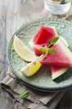 Ny vattenmelon och citron på trätabellen arkivfoto