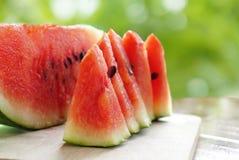 Ny vattenmelonfrukt som skivas på grön bakgrund royaltyfri foto
