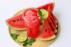 Ny vattenmelonfruktsaft för närbild i exponeringsglas, sunda drinkar, dräkt för sommar, på vit bakgrund arkivbild