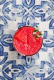 Ny vattenmelonfruktsaft, smoothie p? bl? textilbakgrund Top besk?dar arkivbild