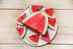 Ny vattenmelonskiva på trämagasinet - sommarfrukt för bästa sikt arkivfoto