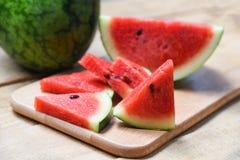 Ny vattenmelonskiva på träskärbräda-/sommarfrukt arkivfoton