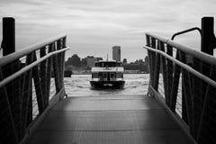 NY-vattenvägfärja på den Hoboken terminalen arkivfoton