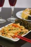 Ny vegetarisk sallad: sparris och havskål Arkivfoton