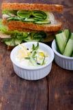 Ny vegetarisk smörgås med sallad för vitlökostdopp arkivfoton