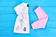 Ny vikt kläder för behandla som ett barn-flicka Royaltyfri Foto