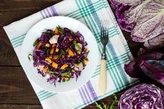 Ny vitaminkonditionsallad av röd kål, spanska peppar, havre, arugula Strikt vegetarian bantar Arkivfoto