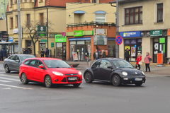 Ny VW skjuter ut på en gata arkivfoton