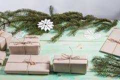 Ny Year' s-gåvor i Kraft papper arkivfoto