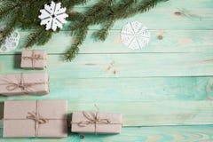 Ny Year' s-gåvor i Kraft papper royaltyfri foto