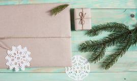 Ny Year' s-gåvor i Kraft papper royaltyfri bild