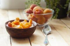 Ny yoghurt med aprikors Fotografering för Bildbyråer