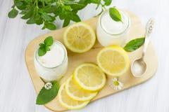 Ny yoghurt med citronen royaltyfri bild