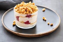 Ny yoghurt med rasberry i klart exponeringsglas Hallon i den vita bunken Sund morgonfrukost royaltyfria foton