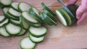 Ny zucchini på skärbräda Matlagningzucchini cutting arkivfilmer