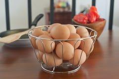 Nya ägg i en korg Fotografering för Bildbyråer