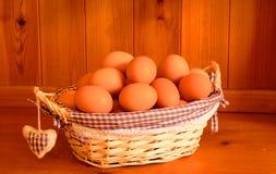 Nya ägg i en korg Royaltyfri Fotografi