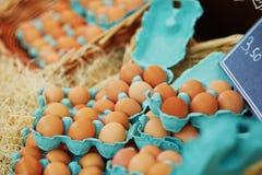Nya ägg på bondemarknad Royaltyfri Bild