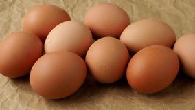Nya ägg på brunt inpackningspapper dietary produkter arkivfilmer