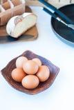 Nya ägg på en platta Arkivfoto