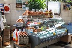nya ägg på serbiska den Zeleni Venac bondens marknad Arkivbild