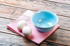 Nya ägg på tabellen Arkivfoto