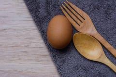 Nya ägg på trä och Microfiber torkdukebakgrund Arkivfoton