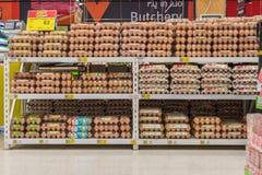 Nya äggprodukter som är till salu i supermarket royaltyfri fotografi