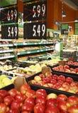Nya äpplen i livsmedelsbutik med rabatter Arkivfoto