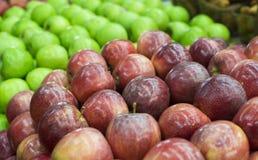 Nya äpplen i supermarket skivad half ananas för bakgrundssnittfrukt äta som är sunt Nedgångskörd Arkivfoton