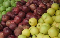 Nya äpplen i supermarket skivad half ananas för bakgrundssnittfrukt äta som är sunt Nedgångskörd Arkivfoto
