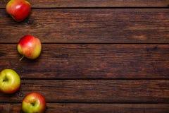 Nya äpplen på trätabellen med kopieringsutrymme royaltyfri bild