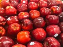 Nya äpplen som är till salu på en livsmedelsbutik arkivbilder