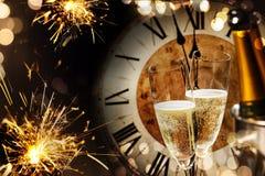 Nya år bakgrund med tomtebloss och champagne Arkivfoton