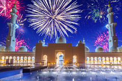 Nya år fyrverkeri i Abu Dhabi Royaltyfria Bilder