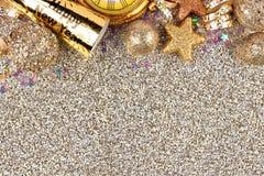 Nya år helgdagsaftonöverkantgräns över en glittery bakgrund Royaltyfria Bilder