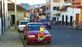 Nya år helgdagsafton och traditionell garnering av bilar med Monigotes eller pappers- Mache cuenca ecuador royaltyfria foton