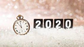2020 nya år helgdagsaftonberöm Minuter till midnatt på en gammal klocka, festlig bokeh arkivfoto