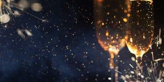 Nya år helgdagsaftonberömbakgrund med champagne fotografering för bildbyråer