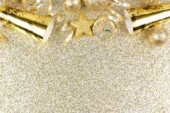 Nya år helgdagsaftongräns på skinande guld- bakgrund Royaltyfri Foto